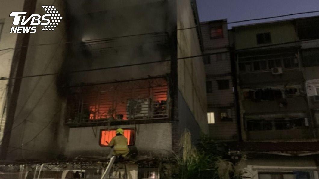 基隆一棟民宅發生火警。(圖/中央社) 基隆2樓民宅傳火警 男子受困救出無生命徵象