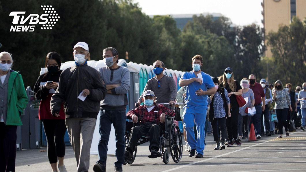 加州迪士尼樂園變成一座大型疫苗注射中心。(圖/達志影像路透社) 迪士尼變身大型疫苗注射中心 首日數千人進場