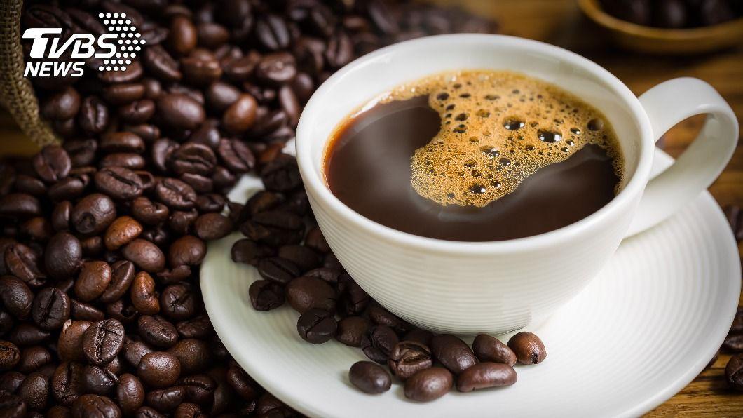 黑咖啡喝多易引起手腳冰冷。(示意圖/shutterstock達志影像) 天冷喝黑咖啡更容易手腳冰冷 營養師推5種「祛寒神飲」