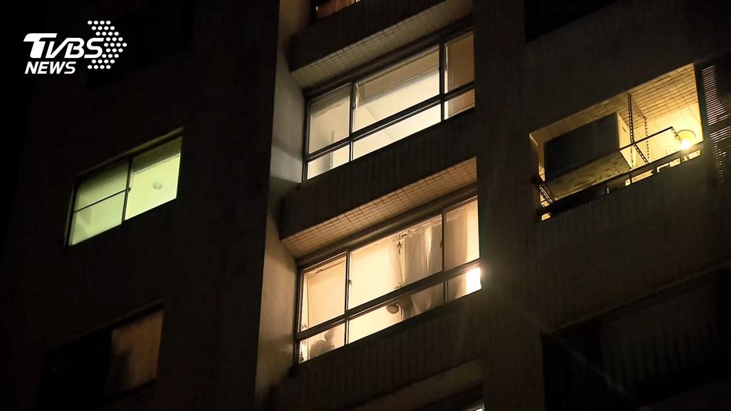 一名關島返台旅客昨陳屍屋內。(圖/TVBS) 關島返台民眾居家檢疫猝死 採檢送醫研判死因中