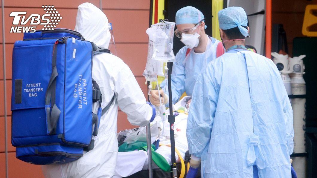 英國醫院把病床先留給確診新冠肺炎的病患。(圖/達志影像路透社) 英格蘭醫療面臨崩潰 近450萬名病患排隊等手術