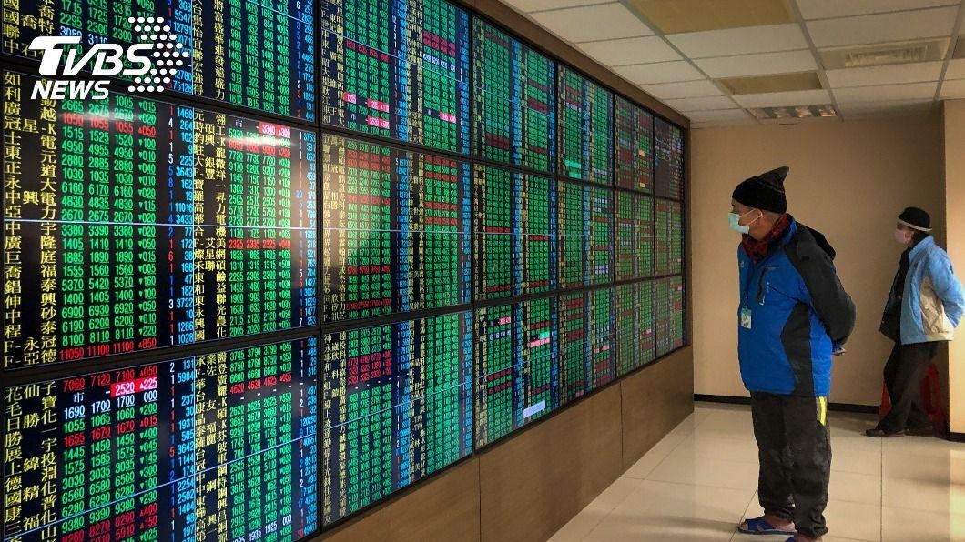 (圖/中央社) 半導體族群回檔修正 台股一度下挫逾200點