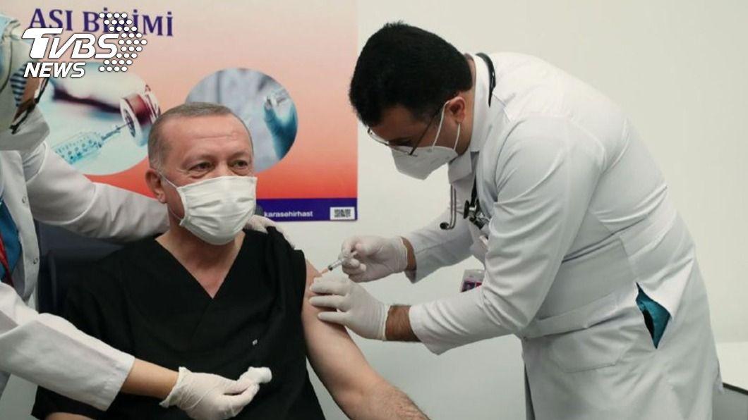 土耳其總統艾爾段接種新冠疫苗。(圖/中央社) 土耳其開始施打陸科興疫苗 艾爾段:我也接種了