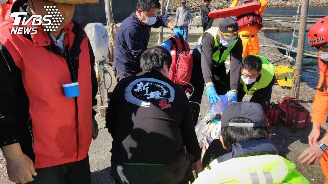 民眾在新北九孔池失足落水。(圖/中央社) 新北龍洞傳意外 1人疑失足落水命危送醫