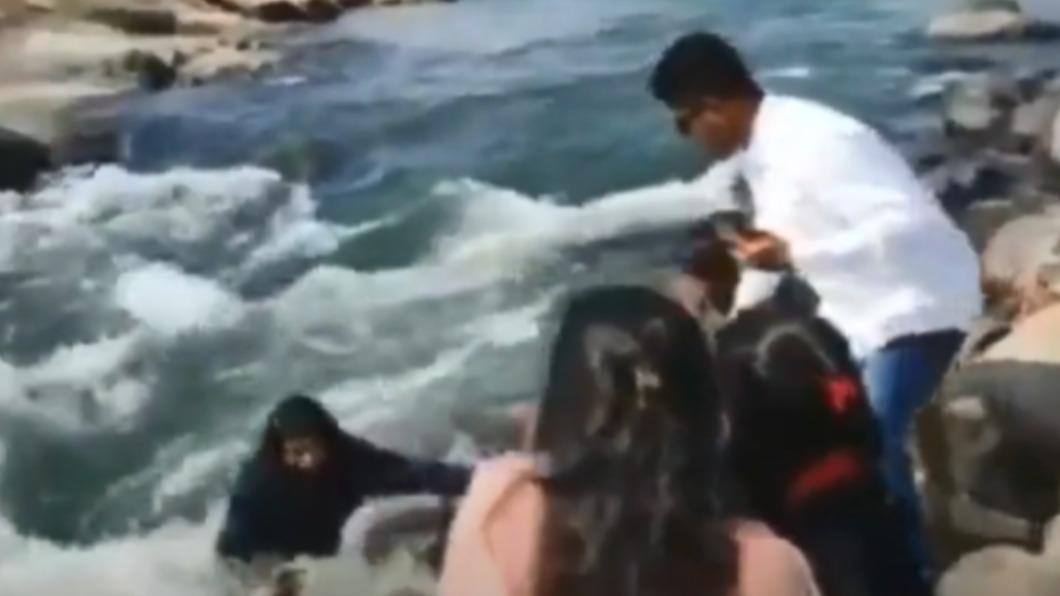 少女落水畫面曝光。(圖/翻攝自iamsuffian Twitter) 少女岸邊喬角度自拍失足 墜河遭湍急激流吞噬亡