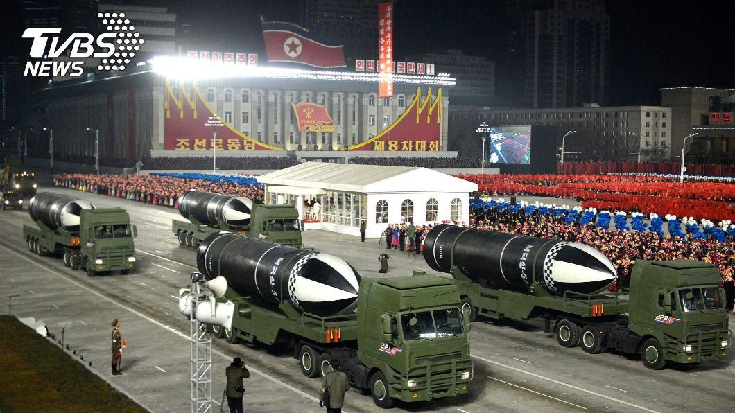 北韓昨晚舉行閱兵典禮。(圖/達志影像美聯社) 拜登就職前大秀軍事肌肉 北韓展示潛射彈道飛彈
