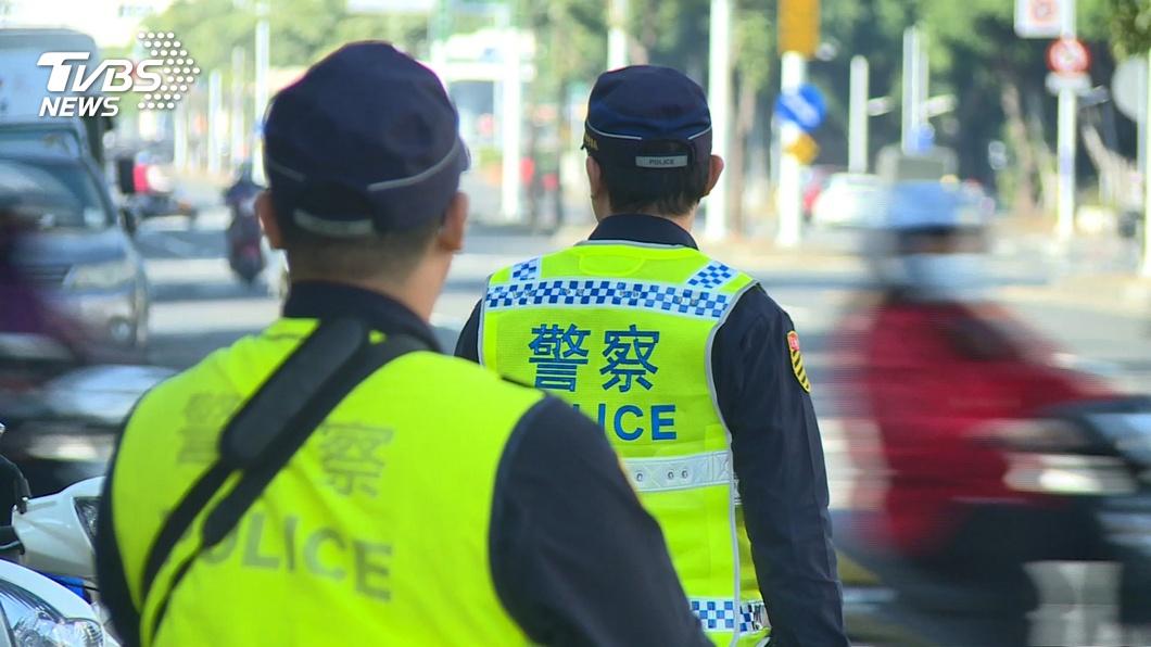 第一線員警時常接觸民眾。(圖/TVBS) 雙北進入三級警戒 北警局5規劃降低基層染疫風險