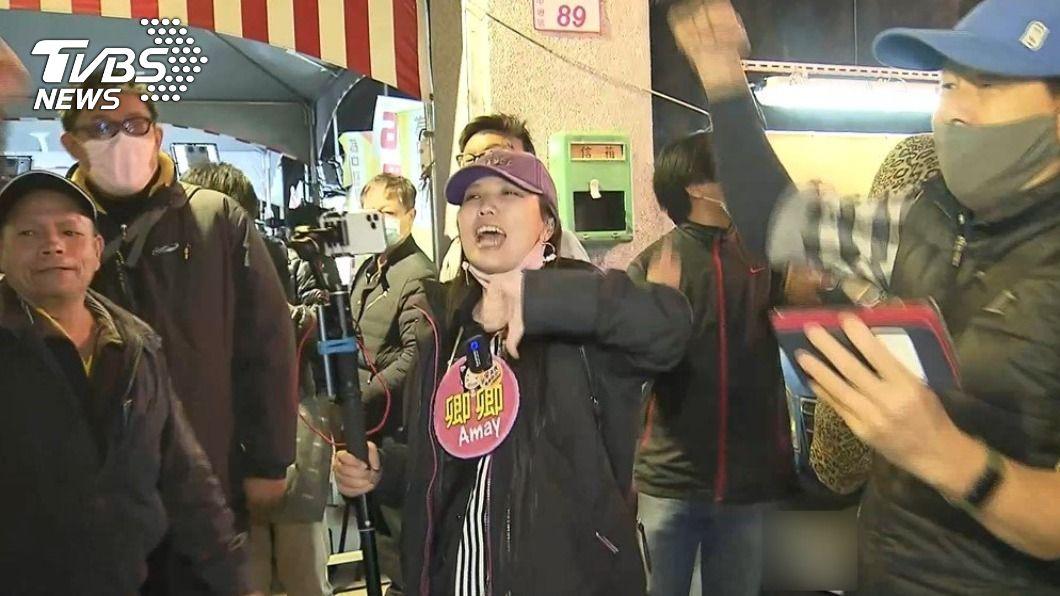 罷王案通過,民眾興奮喊口號。(圖/TVBS) 臉書遭灌爆「恭喜當選不分區民」 王浩宇急關留言藏貼文
