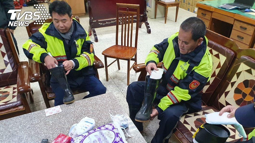 員警使用衛生棉禦寒。(圖/中央社) 合歡山雪季低溫執勤 員警用「女性小物」保暖雙腳