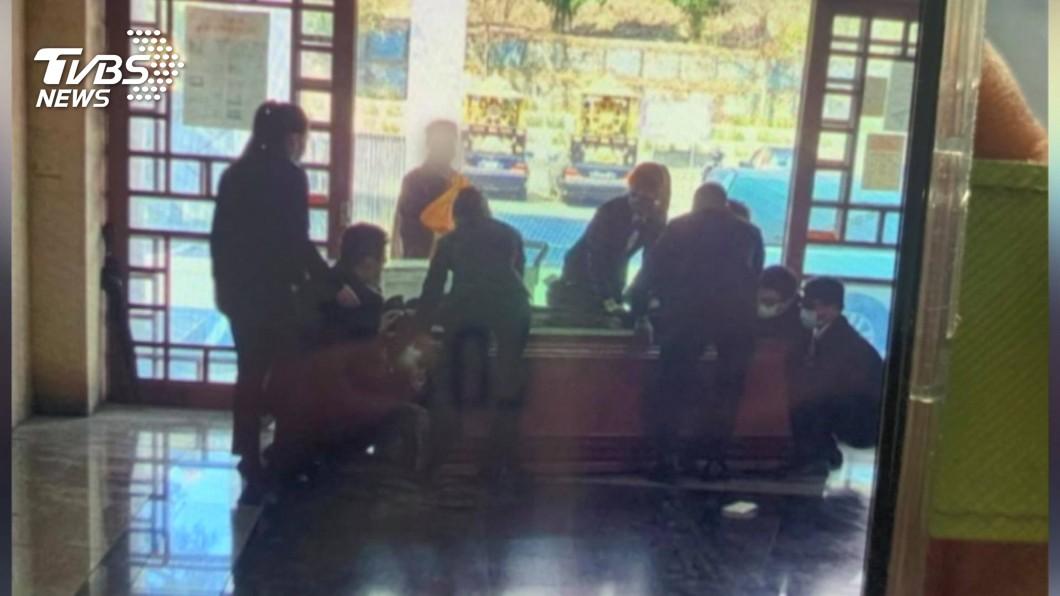 (圖/TVBS資料畫面) 禮儀師「摔棺露屍」下跪求原諒 殯葬同業:犯了大忌