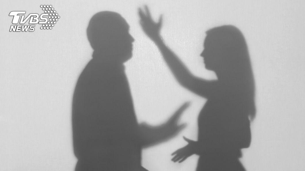 女友愛碎念男積怨一刀刺傷。(示意圖/shutterstock達志影像) 女友愛碎念長期積怨 台中男酒後怒持刀砍人