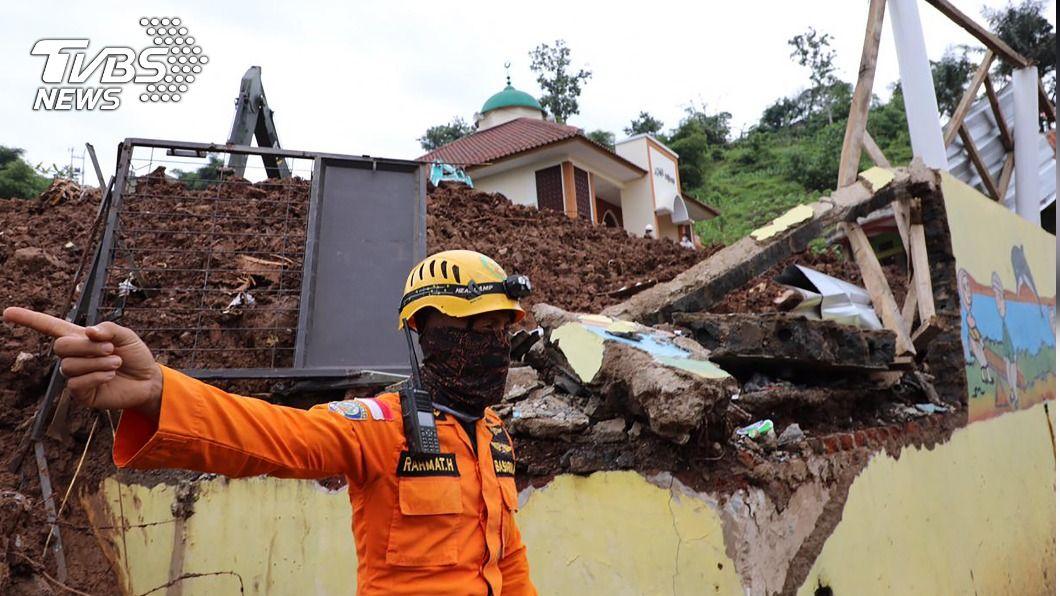 印尼西蘇拉威西省15日發生強震。(圖/中央社) 印尼天災不斷上萬人受難 多座火山蓄勢待發恐爆發
