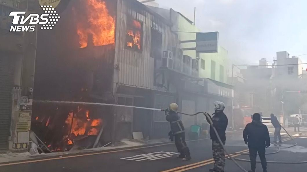 苗栗一間廣告社驚傳火警。(圖/TVBS) 苗栗市鐵皮屋火警 退休消防員熱心助架梯救人