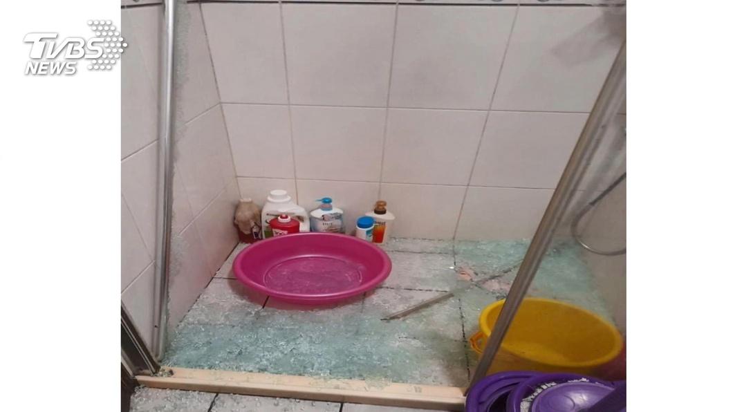 碰!洗熱水澡拉門玻璃「自爆」 2童傷濺血