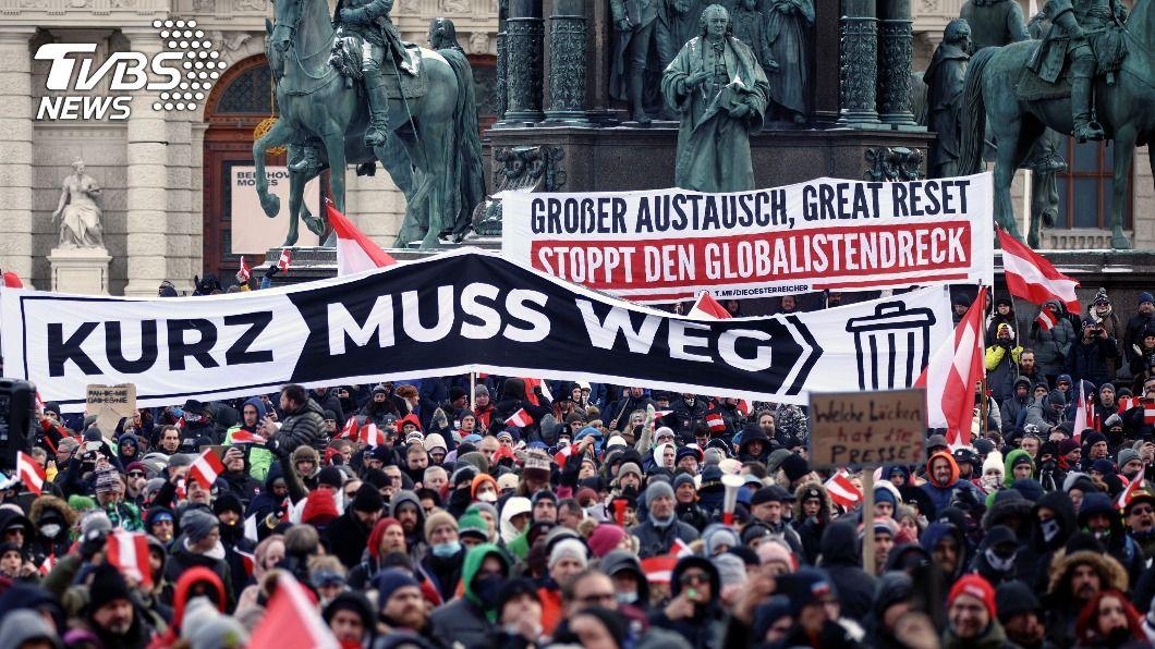 維也納聚集萬人抗議防疫限制令。(圖/達志影像路透社) 維也納反口罩示威萬人與會 要求政府下台