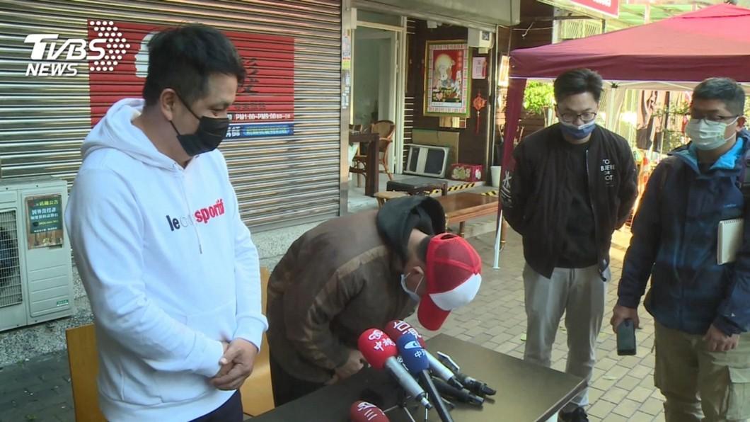五寶爸(圖中紅帽鞠躬者)公開向外界說明辭職原因。(圖/TVBS) 「神預料」五寶爸會辭職 洗車場老闆:敢生就要敢養