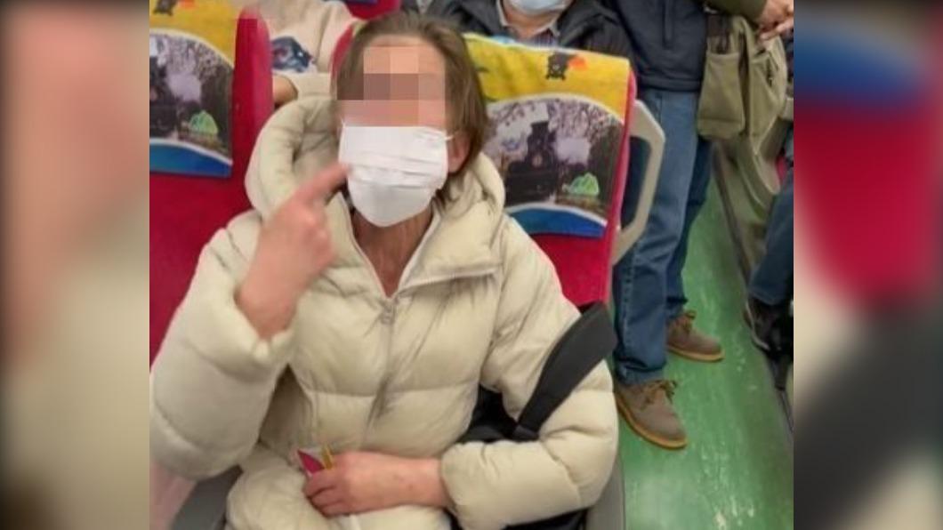 一名外國女子不願意配戴口罩,表示自己戴口罩會咳嗽,所以才不戴。(圖/翻攝自「爆廢公社公開版」臉書) 外籍女拒戴口罩飆髒話 他轟:別把台人當塑膠!