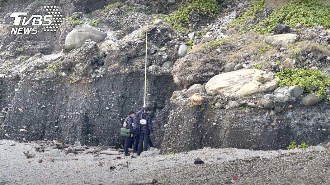 一名約58歲男子疑失足跌落礫石灘,送醫後仍傷重不治。(圖/中央社) 七星潭近四八高地石堆峭壁 男疑失足摔落送醫不治