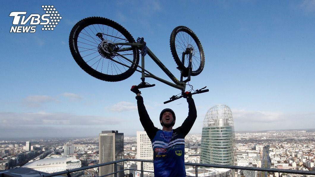 法自行車冠軍新挑戰 騎單車「彈跳」爬上33樓
