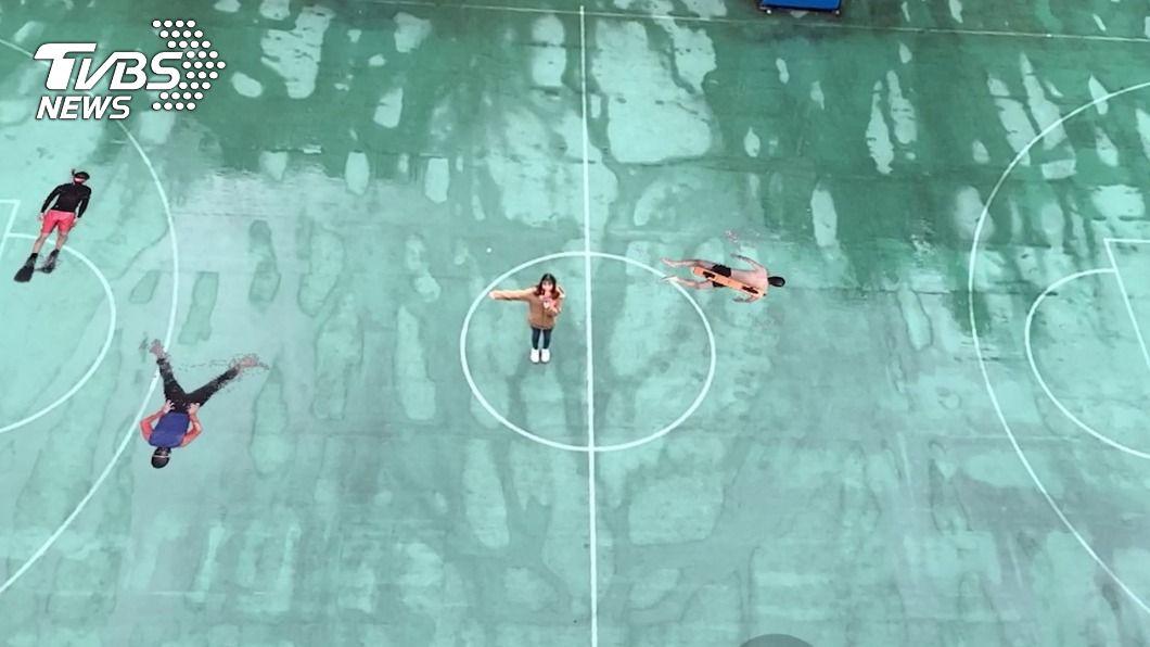 東吳結合AR技術,把籃球場變成游泳池。(圖/中央社) 籃球場秒變游泳池 東吳「實境藝術節」AR造景
