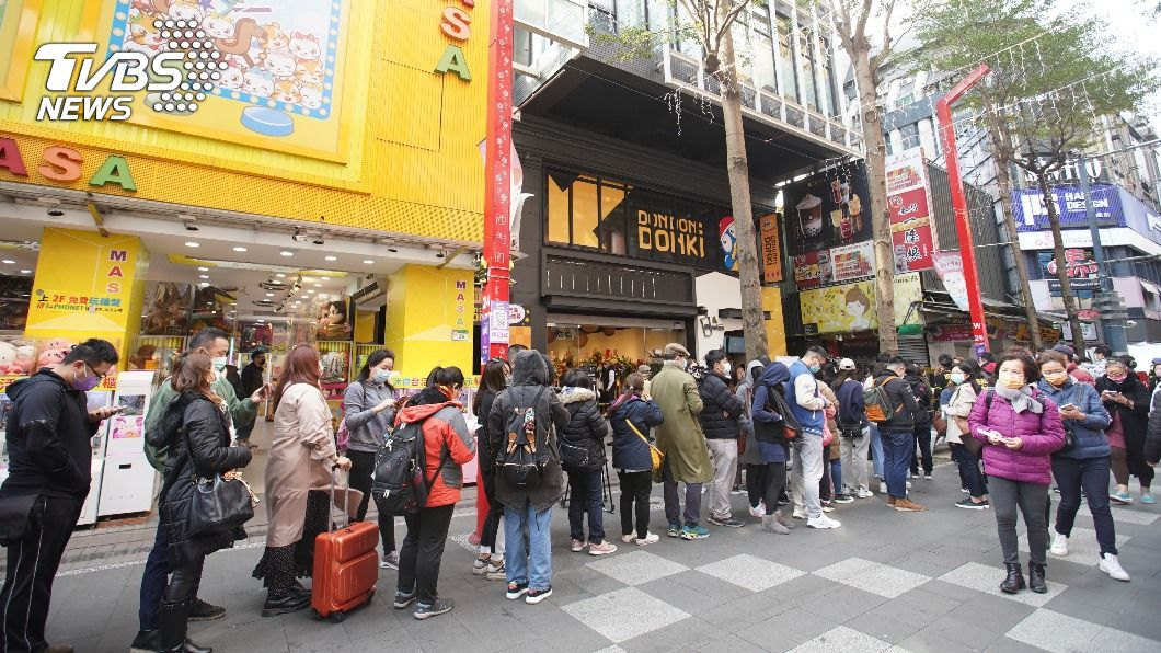 唐吉訶德在台首間門市今天開幕。(圖/中央社) 唐吉訶德台灣首店開幕 哈日族清晨排4小時搶入場