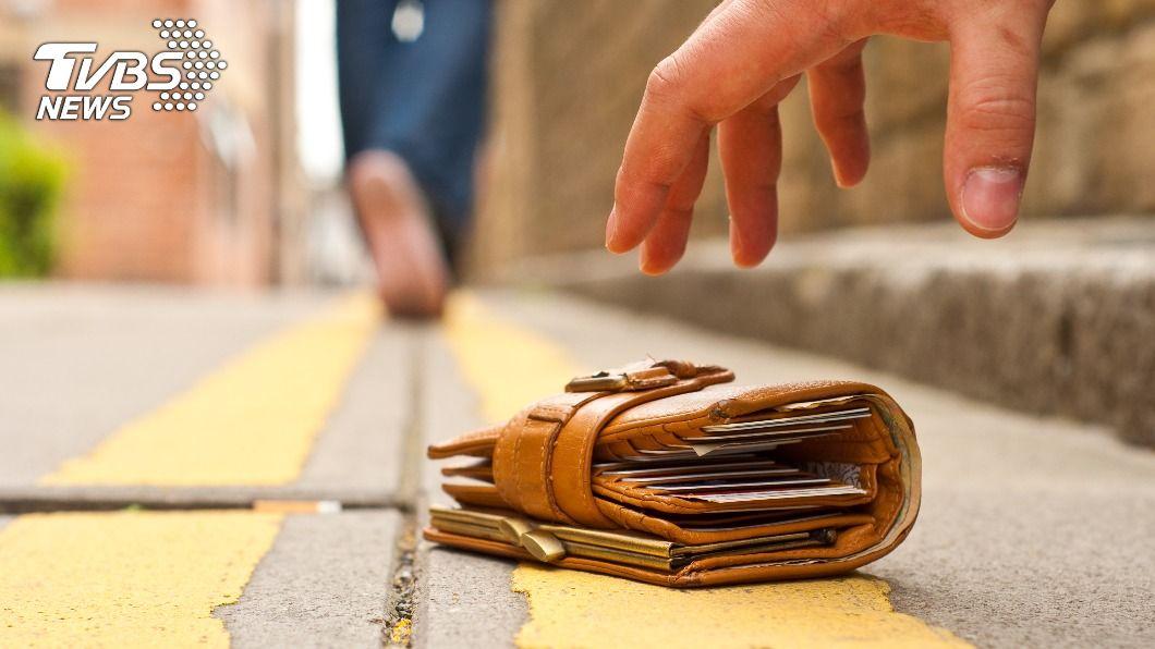 日籍女子遺失錢包,遭一名男子撿拾侵占。(示意圖/shutterstock達志影像) 日籍女遺失錢包證件 南投男拾獲涉侵占被法辦