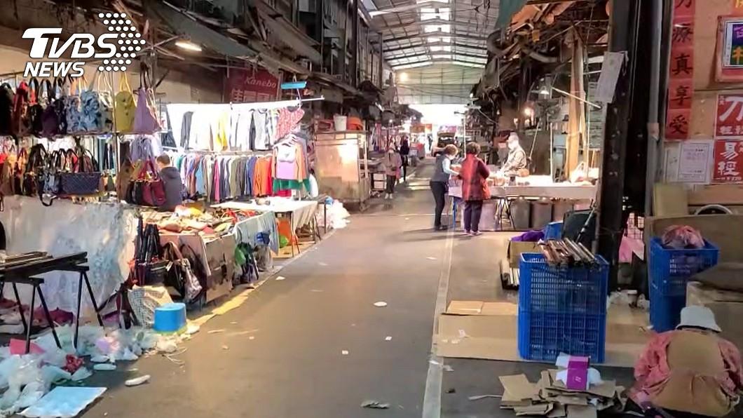 桃園南門市場已經展開消毒工作。(圖/TVBS) 確診者曾造訪桃園南門市場 攤商怨:公布時間太慢了