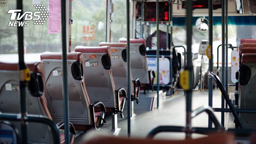老翁疑似公車上休克,急救後仍回天乏術。(示意圖/shutterstock達志影像) 老翁搭公車癱軟從座位滑下 送醫急救仍不治