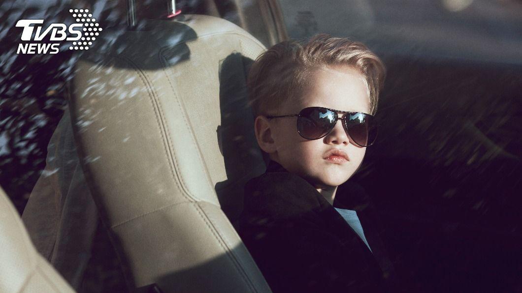 母親將4歲兒子獨自留在車上。(示意圖/shutterstock 達志影像) 失職母丟4歲兒在車上 偷車賊「秒歸還」斥:我要報警