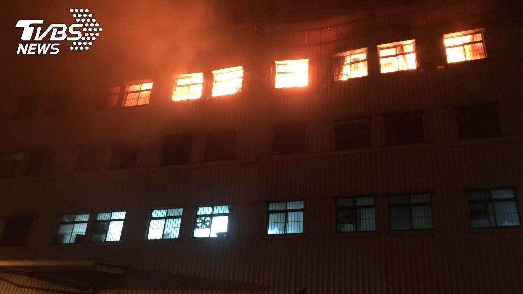 台南一間電器工廠發生火警。(圖/中央社) 台南仁德區電器工廠大火 31個消防分隊出動灌救