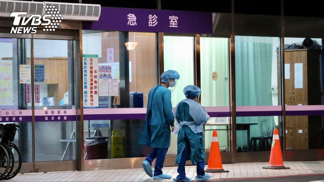 桃園醫院陸續清空病患。(圖/中央社) 桃園醫院群聚病患陸續清空 220病患僅送出10人