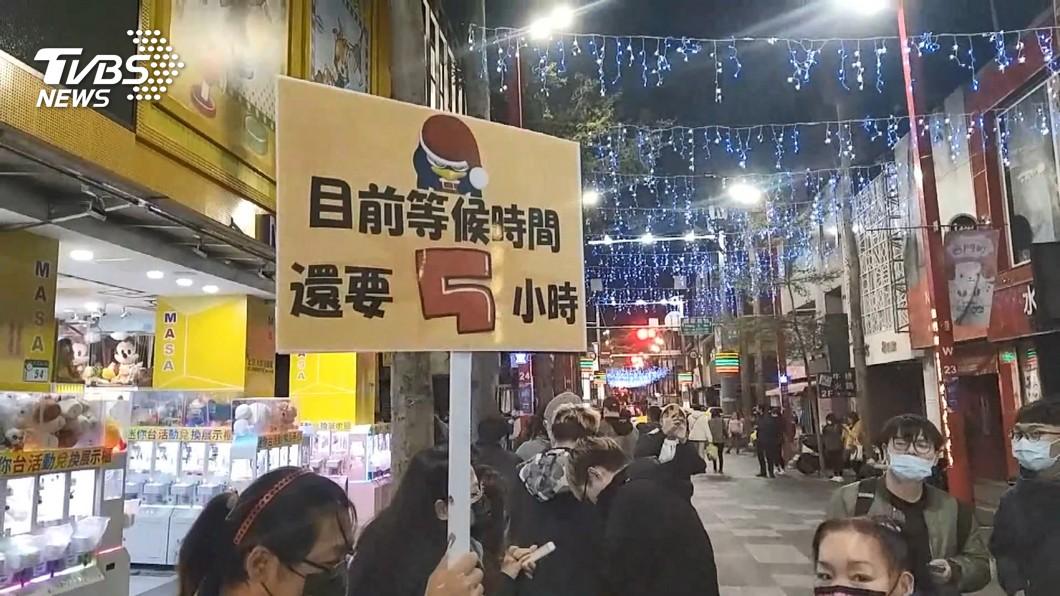 民眾排隊等待進入賣場。(圖/TVBS資料畫面) 唐吉訶德排到半夜 醫護粉專轟:不急著現在去吧!