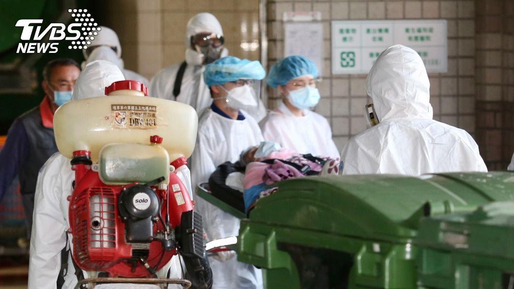 化學兵前往桃醫消毒。(圖/中央社) 化學兵再度挺進桃園醫院 消毒病患手部物品車輛