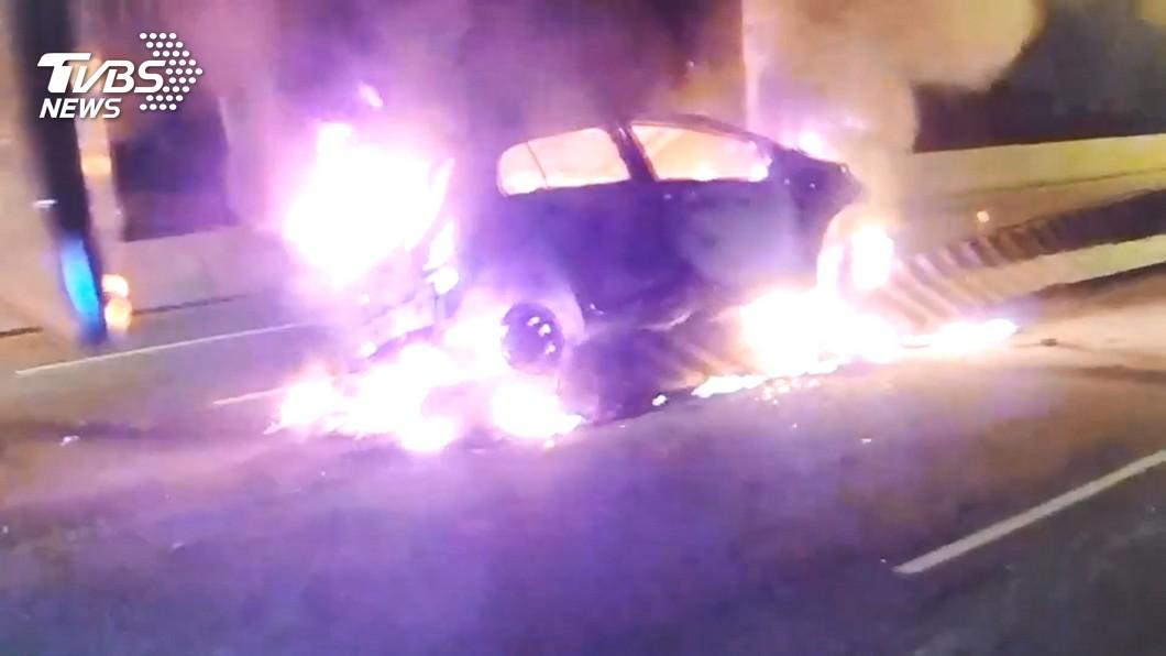 疲勞駕駛「不小心睡著」 自撞釀火燒車