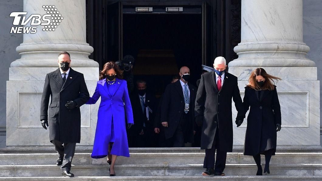新任副總統賀錦麗與丈夫、美國卸任副總統彭斯與夫人。(圖/達志影像美聯社) 彭斯出席拜登就職典禮 為繼任者賀錦麗鼓掌