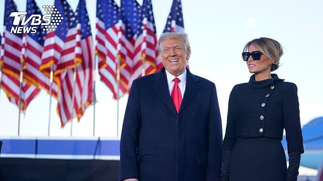 川普與妻子梅蘭妮亞離開白宮。(圖/達志影像美聯社) 留信給後手 川普臨別終於遵循一項歷任傳統