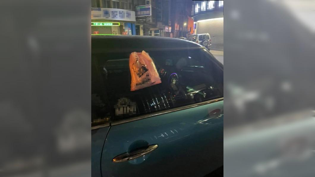 女子將鹹酥雞掛在車門上。(圖/翻攝自臉書社團「爆廢1公社」) 怕車有味道「鹹酥雞夾門上」嚇傻店員 內行曝2招秒解