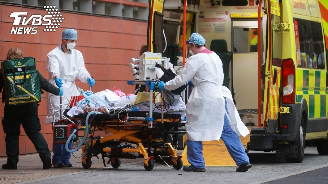 倫敦是疫情熱點之一,醫護壓力負擔沉重。(圖/達志影像路透社) 英國疫情嚴峻 倫敦改造公車當救護車