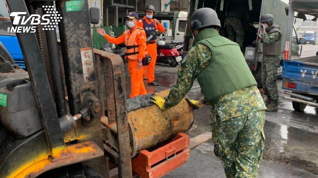 漁民意外捕撈的未爆彈目前已移至彈藥庫處理。(圖/TVBS) 大麻煩誤以為大豐收 高雄漁民出海捕獲「深水炸彈」