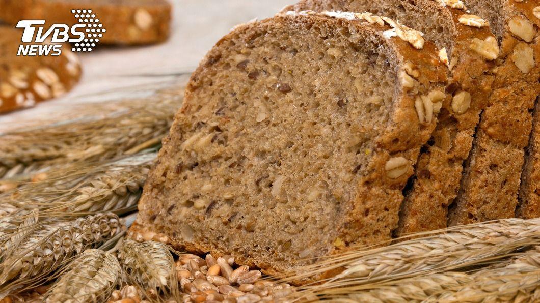 黑麵包又稱為裸麥麵包,可帶來飽足感,是近年來健康麵包的代表。(示意圖/shutterstock達志影像) 減肥不能吃麵包? 低GI、高纖維「1食物」吃飽不忌口