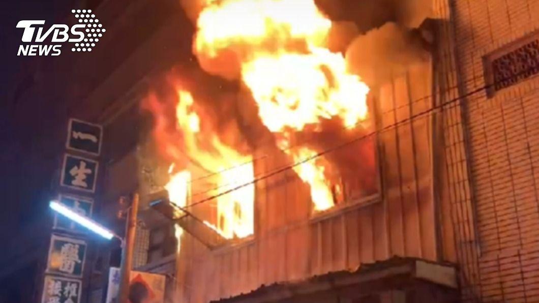 (圖/TVBS) 雲林民宅「火舌狂竄」延燒5戶 1名女子受困獲救