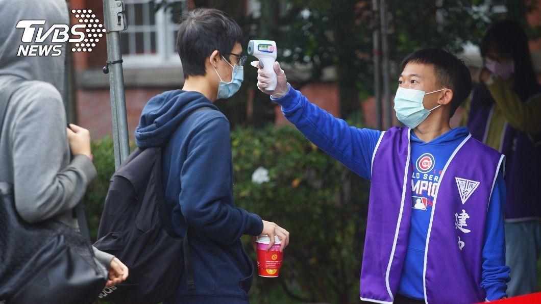 教育部提醒各校於開學2週內學生須量測體溫防疫。(示意圖/中央社資料照) 高中以下學校22日開學 2週內須量體溫宣導防疫