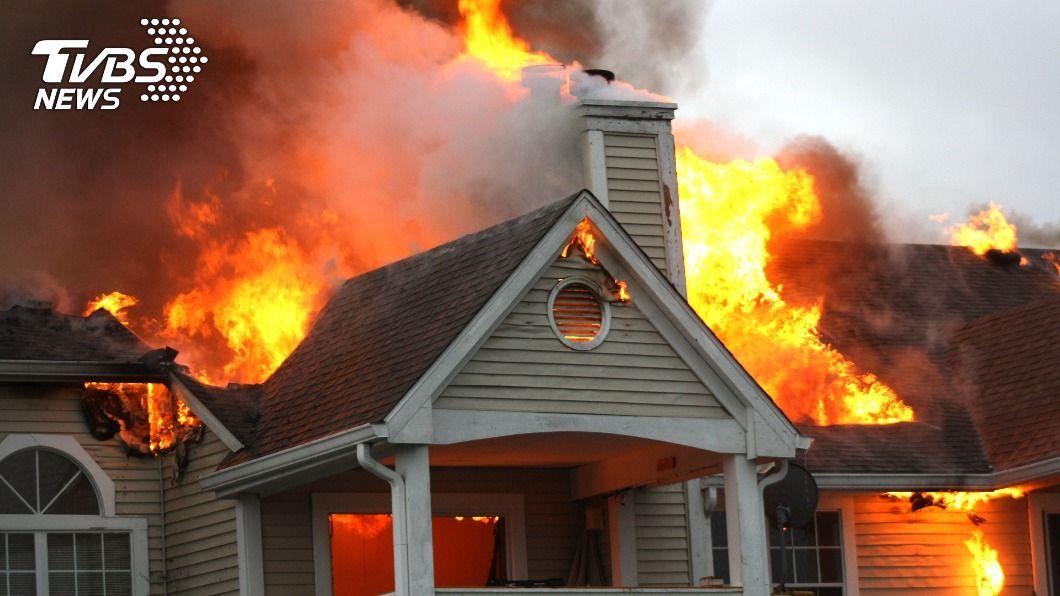 點燃火爐取暖竟意外釀成火災悲劇。(示意圖/shutterstock達志影像) 嫩媽出門前「開火爐」取暖 2幼子慘燒成焦屍