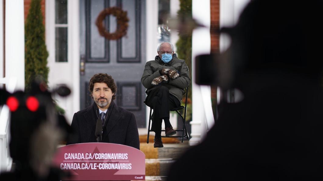 加拿大總理P上迷因桑德斯翹腳照,宣導疫情期間不要出門。(圖/翻攝自Justin Trudeau Twitter) 桑德斯「公園阿伯」迷因爆紅 加國總理借用宣傳防疫