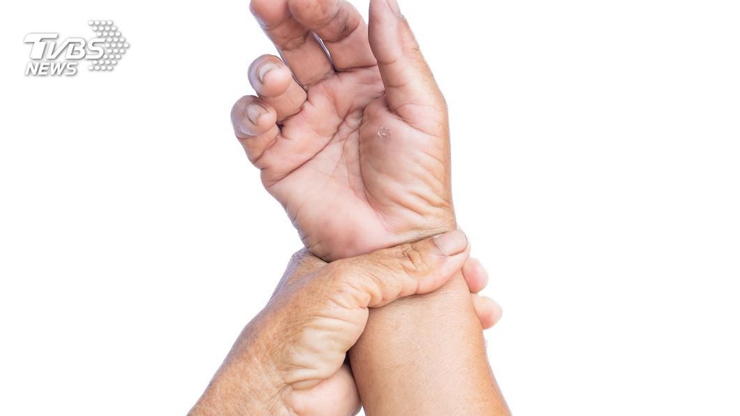 澳洲一名水電工因為手腕長囊腫,排了2年遲遲等不到手術,竟自己拿美工刀切除。(示意圖/shutterstock 達志影像) 長囊腫2年排不到手術 澳水電工拿美工刀親手切除