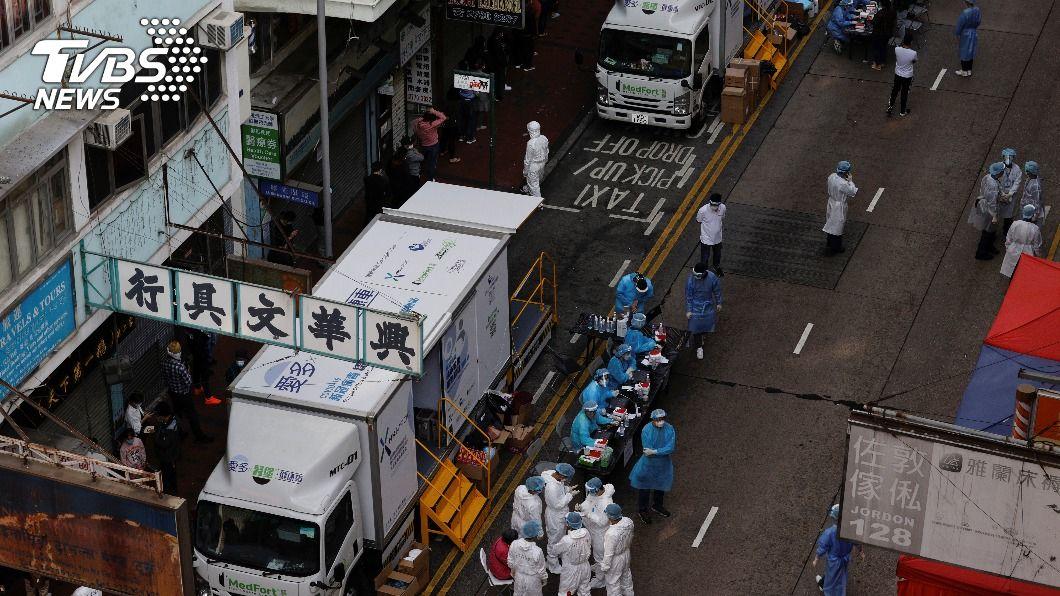 香港圍封佐敦道住宅區強制檢疫。(圖/達志影像路透社) 香港佐敦首度封區強制檢測 7千居民驗出13人確診