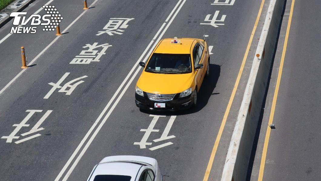 為因應春節期間,北北基將從2/7至2/16實施計程車春節加成計費,每趟加收20元新台幣。(示意圖/shutterstock達志影像) 春節北北基搭小黃加價 2/7起連10天加收20元