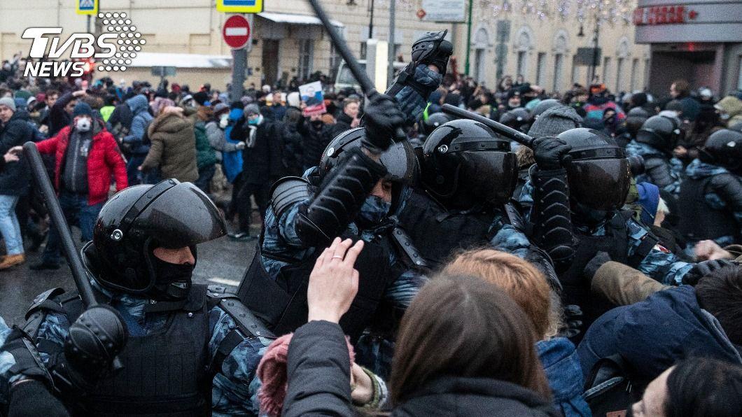 俄羅斯多地舉行示威聲援納瓦尼。(圖/達志影像美聯社) 俄國示威近3500人被捕 法國批俄公然侮辱法治