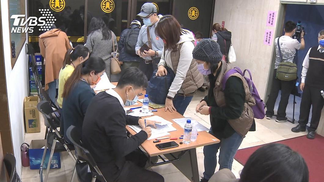 台灣產物保險公司推出的防疫保單,投保500元最高理賠10萬元,成為民眾搶購的焦點。(圖/TVBS資料照) 台灣人瘋搶防疫保單 醫師笑:500元不如買樂透