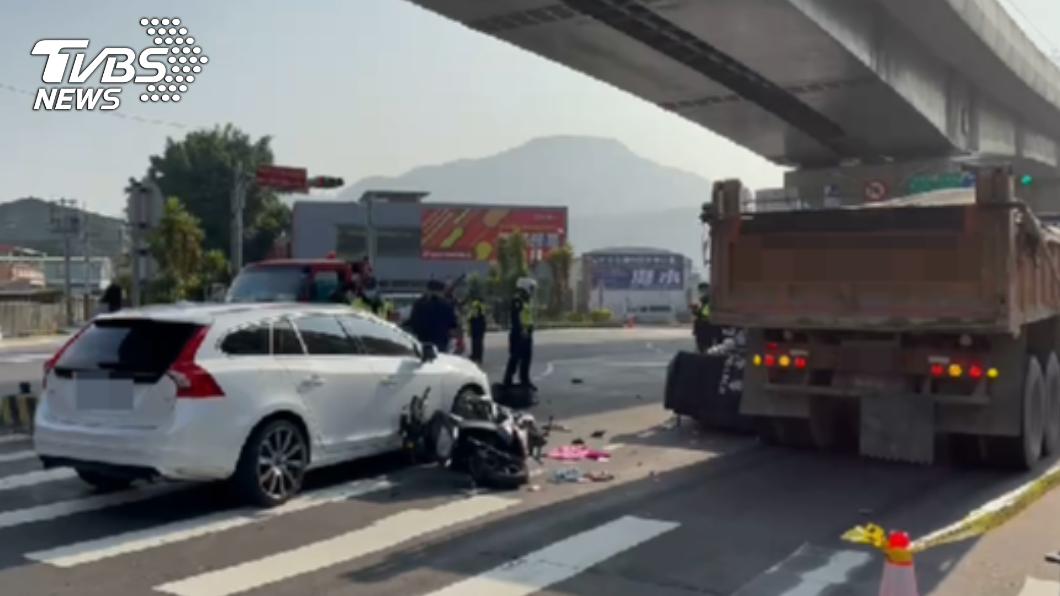 車禍事故現場。(圖/TVBS) 新北21歲女騎士擦撞轎車 倒地遭砂石車輾頭斷魂